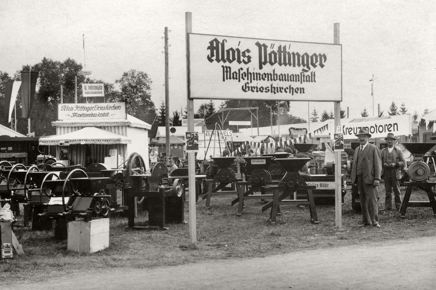 Even back then, money is invested in trade fair appearances – just look at the tent at the back. A proud Alois Pöttinger stands out front.