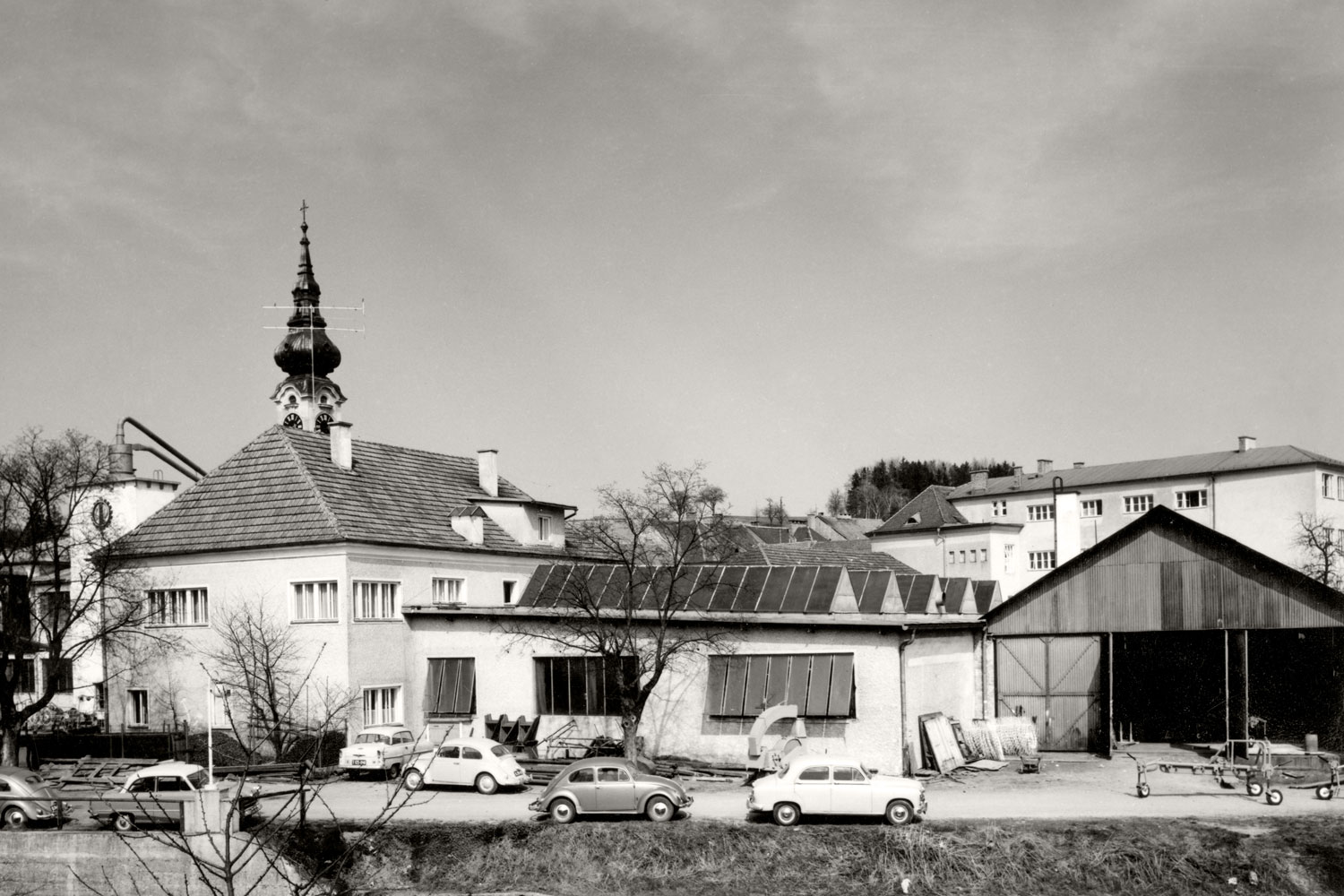 A part of Grieskirchen's town centre: PÖTTINGER Plant I around 1960. The VW Beetle is clearly popular among PÖTTINGER employees.