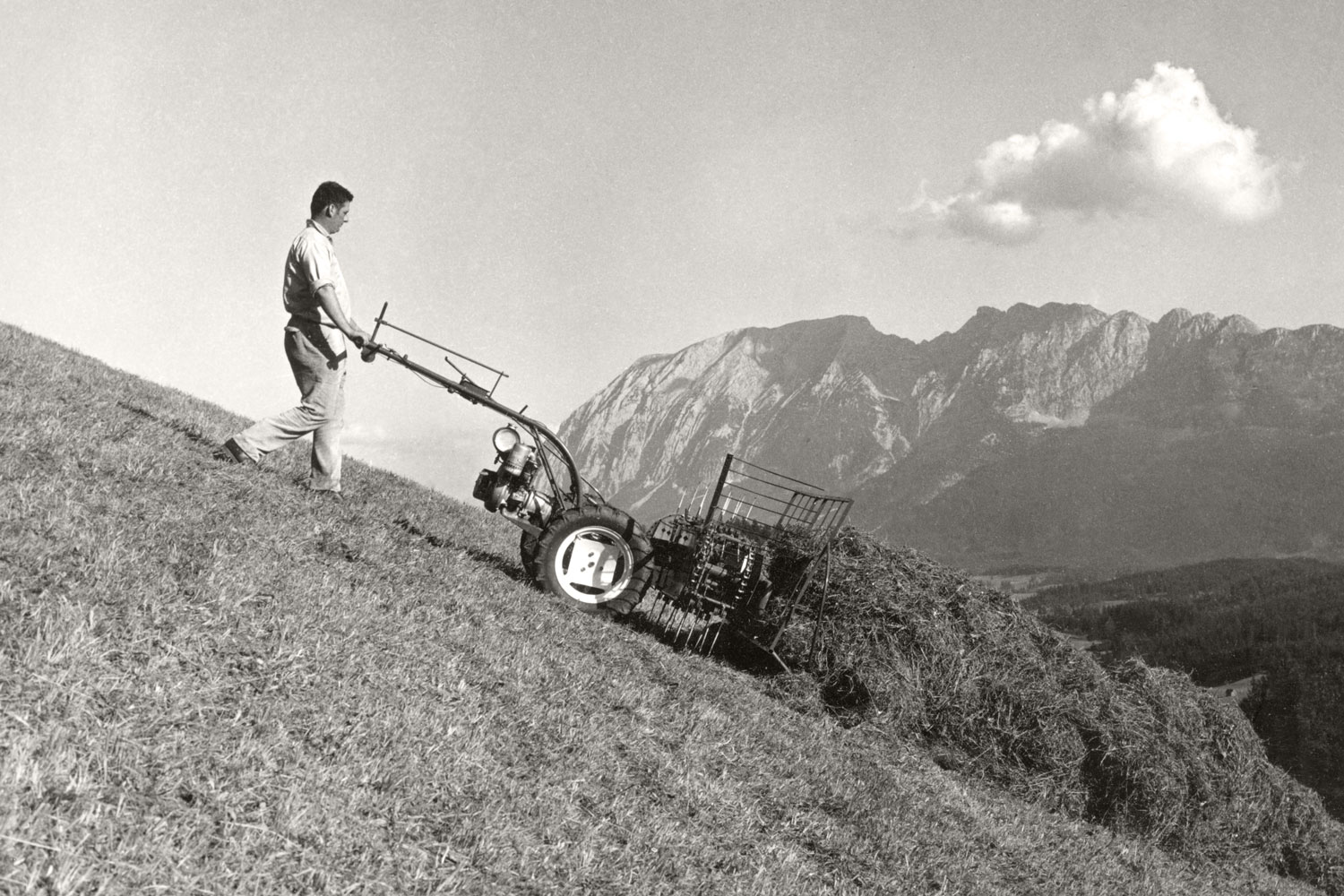 Specialist on steep slopes: The PÖTTINGER conveyor rake in a challenging but beautiful workplace in the Alps.