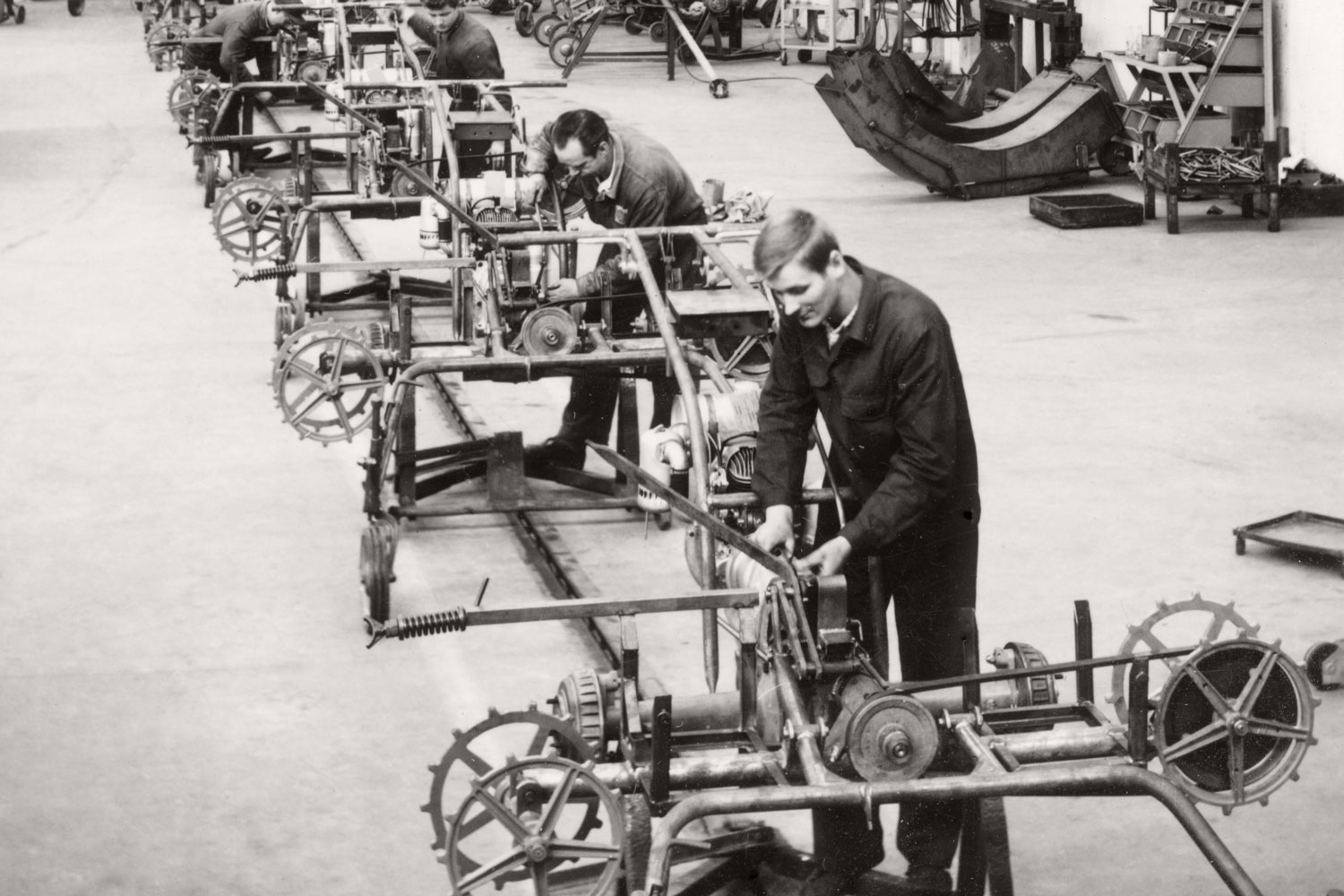 A photo that looks like it is taken from an old textbook on industrial manufacturing: The conveyor rake assembly line in the new PÖTTINGER Plant II.