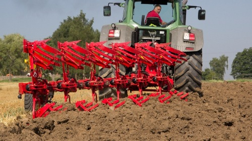 Ploughing in stony soil with the NOVA hydromechanical trip leg system