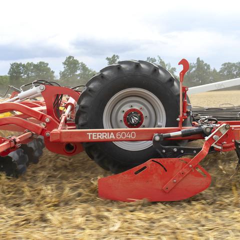 Podvozek je během práce vysoko zdvižen, takže nerušeně může protékat půda se zbytky plodin.